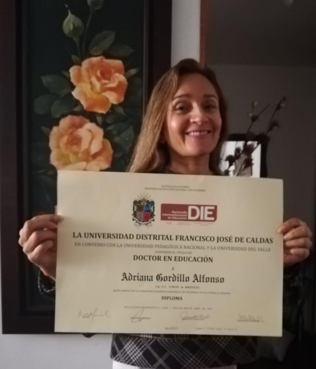 Foto Adriana Gordillo Alfonso con diploma de Doctorado en Educación de la UD